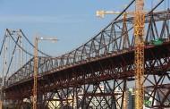 Ponte Hercílio Luz recebe grua no vão central para iniciar a substituição de peças