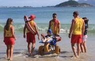 Guarda-vidas realizam desejo de pessoas com deficiência de tomarem banho de mar