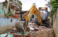 Prefeitura e PM derrubam 35 casas em área de APP, na comunidade do Arvoredo
