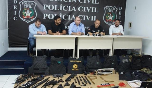 Polícia Civil apresenta as armas e explosivos utilizados em tentativa de assalto em São João Batista
