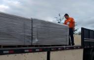 Força-tarefa da prefeitura entrega telhas para casas atingidas por vendaval no norte da Ilha