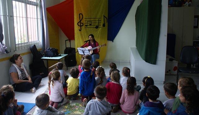 Professora cria projeto para crianças entenderem o mundo pela música
