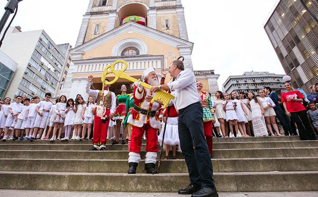 Chegada do Papai Noel e o acendimento das luzes dão início ao Natal da Magia, na Capital