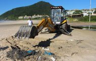 Ambulantes deixam restos de barracos nas praias