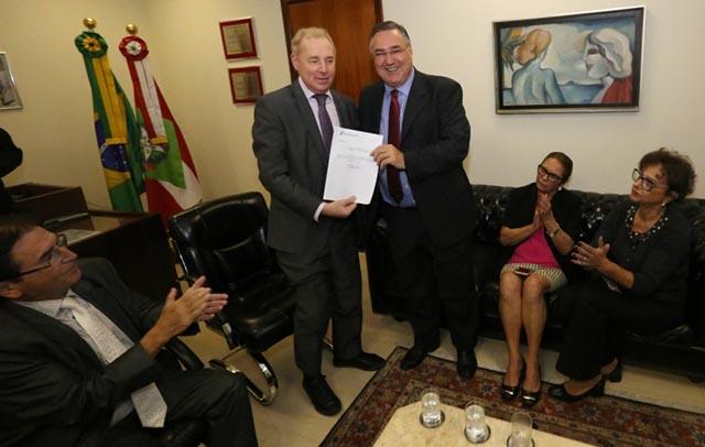 Raimundo Colombo entrega carta de renúncia na Assembleia Legislativa
